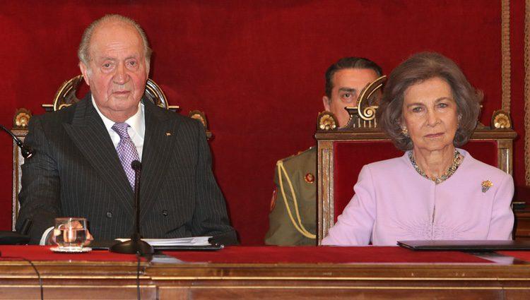 Los Reyes Juan Carlos y Sofía en la entrega a la Infanta Margarita de la Medalla de Oro de la Real Academia Nacional de Medicina