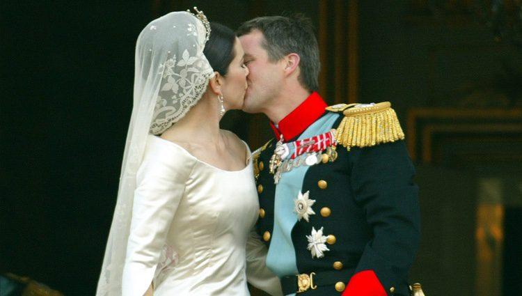 Federico y Mary de Dinamarca besándose en su boda