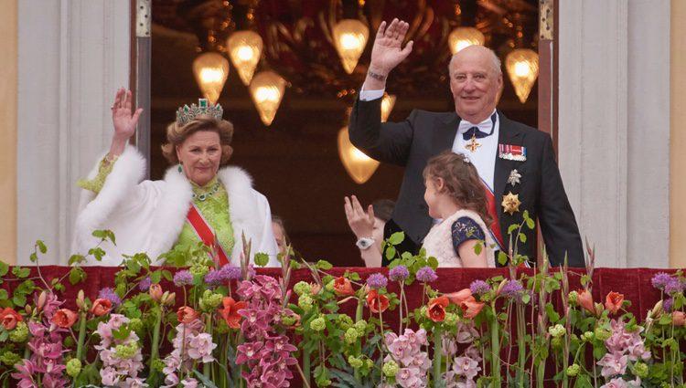 Harald y Sonia de Noruega saludan en las celebraciones por su 80 cumpleaños