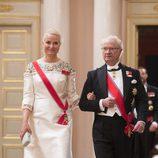 Mette-Marit de Noruega y Carlos Gustavo de Suecia en una cena de gala por el 80 cumpleaños de los Reyes de Noruega