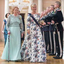 Lady Elizabeth Shakerley y Marie Chantal de Grecia en una cena de gala por el 80 cumpleaños de los Reyes de Noruega