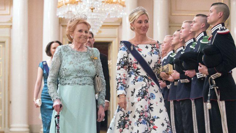 Lady Elizabeth Anson y Marie Chantal de Grecia en una cena de gala por el 80 cumpleaños de los Reyes de Noruega