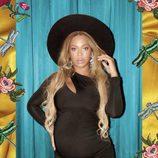 Beyoncé posa embarazada con vestido negro y sombrero