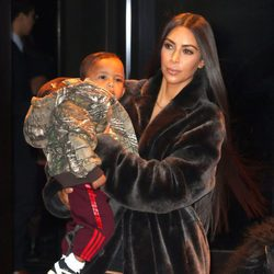 Kim Kardashian paseando junto a su segundo hijo Saint West con el rapero Kanye West