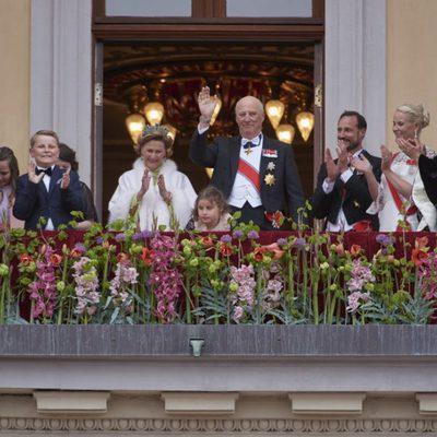 La Familia Real Noruega aplaude tras escuchar el cumpleaños feliz a los Reyes de Noruega