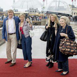 Los Reyes y las Princesas Mabel y Beatriz de Holanda en el 80 cumpleaños de Harald y Sonia de Noruega