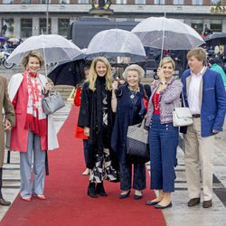 Los Reyes y las Princesas Beatriz y Mabel de Holanda junto a los Reyes de Bélgica en el 80 cumpleaños de Harald y Sonia de Noruega