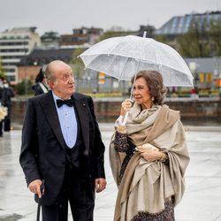 Los Reyes Juan Carlos y Sofía comentan el mal tiempo en la cena en honor a los Reyes de Noruega por su 80 cumpleaños
