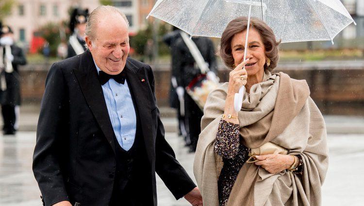 Los Reyes Juan Carlos y Sofía ríen divertidos en la cena en honor a los Reyes de Noruega por su 80 cumpleaños