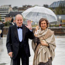 Los Reyes Juan Carlos y Sofía saludan en la cena en honor a los Reyes de Noruega por su 80 cumpleaños