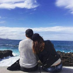 Elia Galera y Álvaro Peire mirando al mar