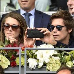 Carlos Baute con su mujer Astrid Klisans en el Open de Madrid 2017 haciendo una foto
