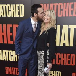 Danny Fujikawa besando a Kate Hudson en la premiere de 'Snatched' en Los Ángeles