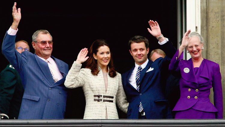 Federico de Dinamarca y Mary Donaldson junto a Margarita y Enrique de Dinamarca en el anuncio de su compromiso