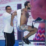 Jorge Javier Vázquez quitando la camisa a Eliad Cohen en el plató de 'Supervivientes 2017'