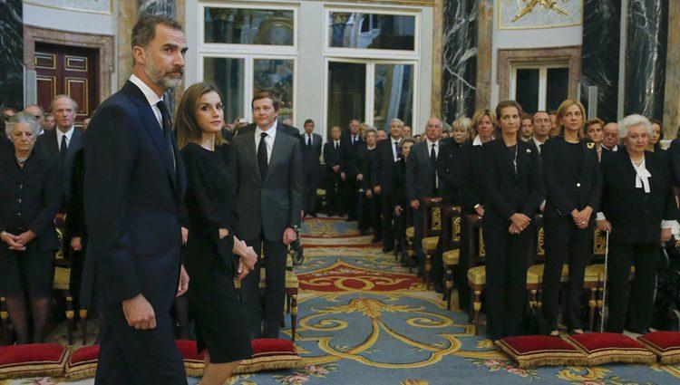 Las Infantas Cristina y Elena mirando a los Reyes Felipe y Letizia a su llegada al funeral de Alicia de Borbón-Parma
