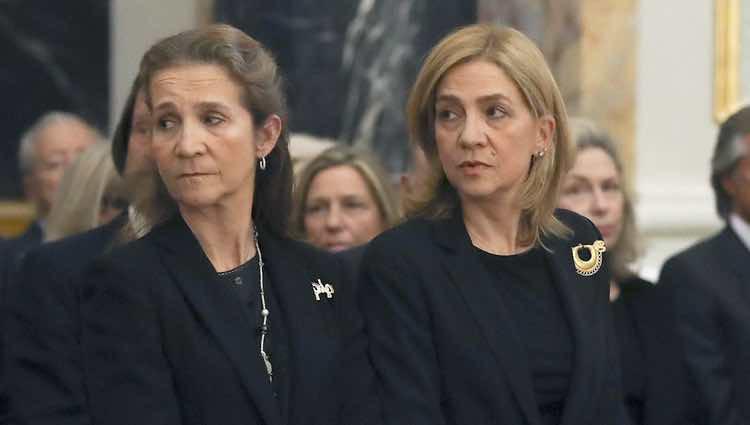 Las Infantas Cristina y Elena en el funeral de Alicia de Borbón-Parma