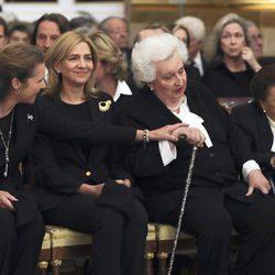 La Infanta Elena muy cariñosa con la Infanta Pilar en el funeral de Alicia de Borbón-Parma