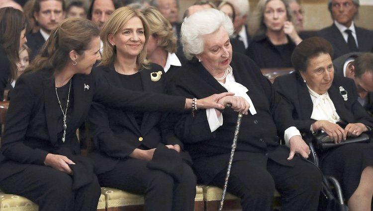 La Infanta Elena muy cariñosa con la Infanta Pilar en presencia de la Infanta Cristina y la Infanta Margarita en el funeral de Alicia de Borbón-Parma