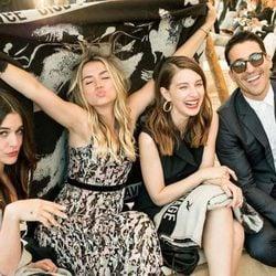 Miguel Ángel Silvestre, María Valverde, Ana de Armas y Adriana Ugarte divirtiéndose en una fiesta de Dior