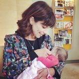 Maribel Verdú sosteniendo entre sus brazos a la hija de Natalia Verbeke