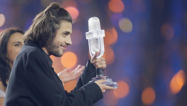 Salvador Sobral con su micrófono de cristal tras ganar el Festival de Eurovisión 2017