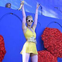 Katy Perry con un vestido ajustado de color amarillo actuando en el Festival Wango Tango 2017