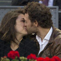 Peter Vives besando a su novia en la final femenina del Open de Madrid 2017