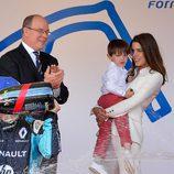 Carlota Casiraghi con su hijo Raphael y su tío Alberto de Mónaco en una competición