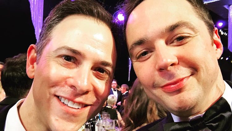 Jim Parsons con su novio Todd Spiewak en los SAG Awards 2017
