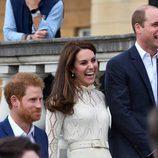 Kate Middleton con el Príncipe Guillermo y el Príncipe Harry en una fiesta