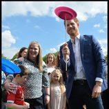 El Príncipe Harry jugando con uno de los invitados a su fiesta homenaje a niños refugiados