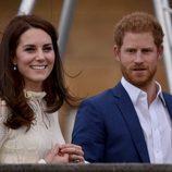 Kate Middleton y el Príncipe Harry en una fiesta homenaje a niños refugiados