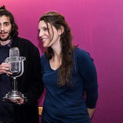 Salvador Sobral con su hermana Luisa a su vuelta a Portugal tras ganar Eurovisión 2017