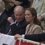 El Rey Juan Carlos habla con la Infanta Elena en la corrida de toros del día de San Isidro 2017