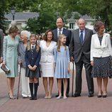 La Infanta Sofía con sus padres, su hermana, sus abuelos, su bisabuela y su padrino en su Comunión