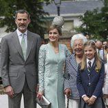 La Infanta Sofía con sus padres y su bisabuela Menchu Álvarez del Valle el día de su Comunión