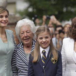 La Infanta Sofía con la Reina Letizia, su abuela Paloma Rocasolano y su bisabuela Menchu Álvarez del Valle el día de su Comunión