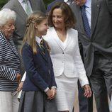 La Infanta Sofía con su abuela Paloma Rocasolano el día de su Primera Comunión