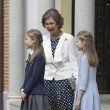La Infanta Sofía con su hermana la Princesa Leonor y su abuela la Reina Sofía el día de su Comunión