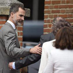 El Rey Felipe, cariñoso con el Rey Juan Carlos en la Comunión de la Infanta Sofía