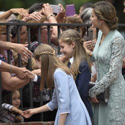 La Reina Letizia, la Princesa Leonor y la Infanta Sofía saludan a unas ciudadanas en la Comunión de la Infanta Sofía