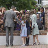 Los Reyes Felipe y Letizia y sus hijas saludan a unas señoras en la Comunión de la Infanta Sofía