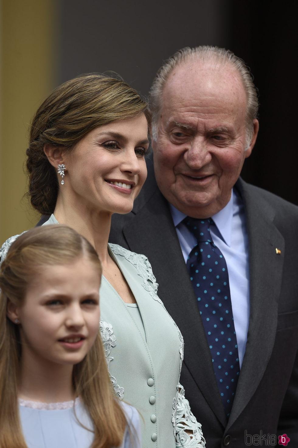 El Rey Juan Carlos y la Reina Letizia, muy sonrientes en la Comunión de la Infanta Sofía