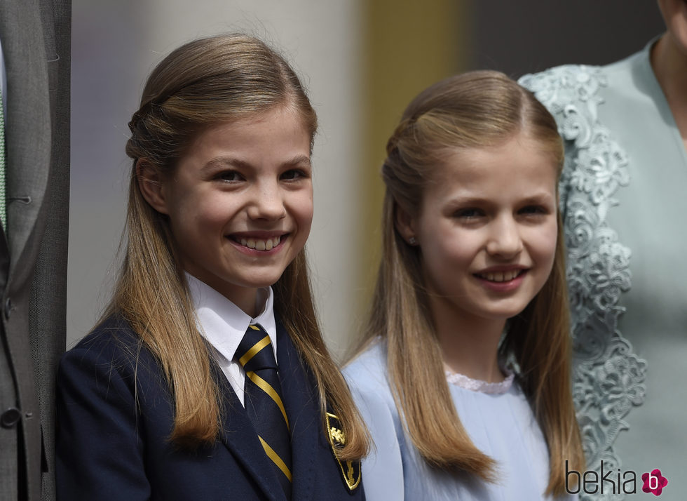 La Infanta Sofía, muy sonriente en su Comunión junto a la Princesa Leonor