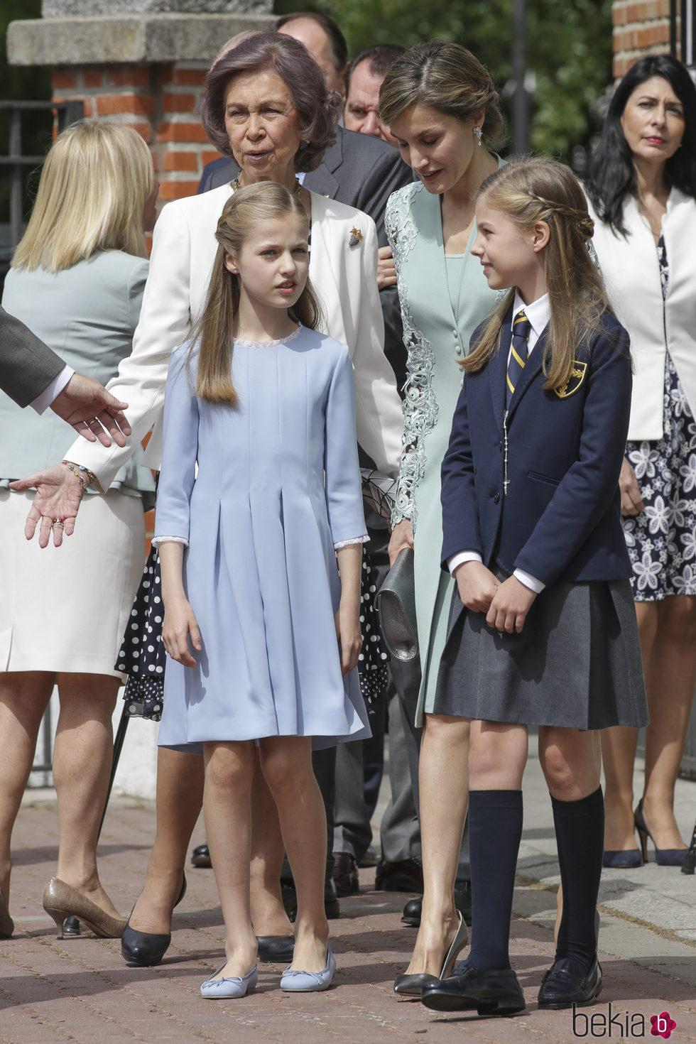 La Infanta Sofía con la Princesa Leonor, la Reina Letizia, la Reina Sofía y Ana Togores en su Comunión