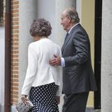 El Rey Juan Carlos, muy cariñoso con la Reina Sofía en la Comunión de la Infanta Sofía