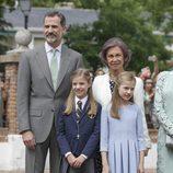 La Infanta Sofía con el Rey Felipe, la Princesa Leonor y la Reina Sofía en su Comunión