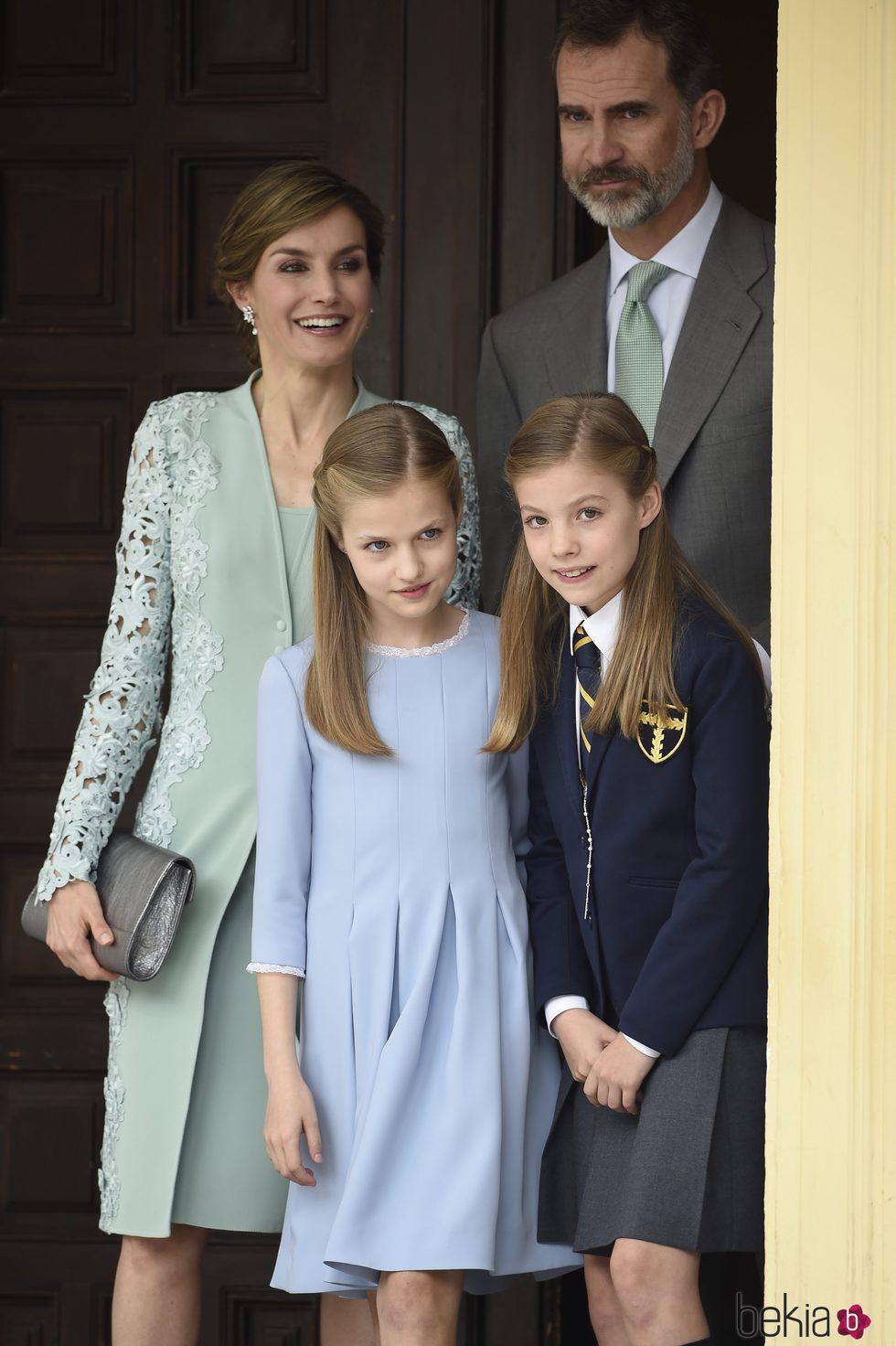 La Infanta Sofía a la salida de su Comunión junto a los Reyes Felipe y Letizia y la Princesa Leonor