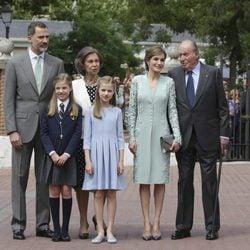 La Infanta Sofía con los Reyes Felipe y Letizia, la Princesa Leonor y los Reyes Juan Carlos y Sofía en su Comunión